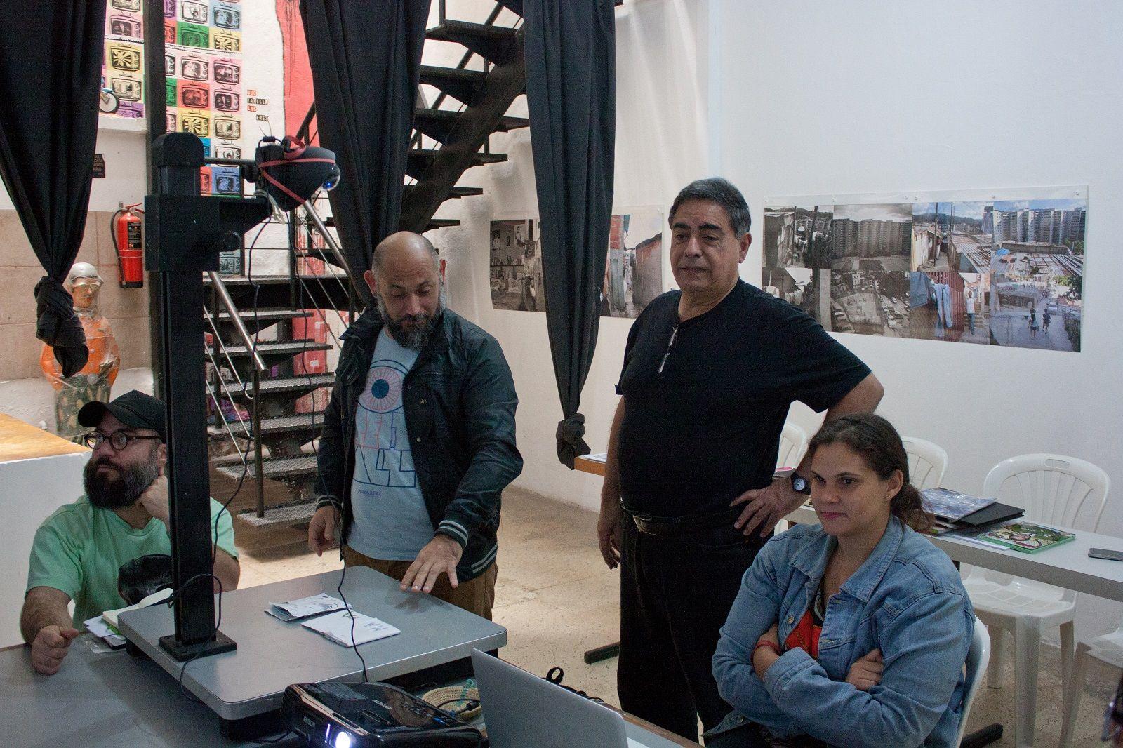 Garrido durante uno de sus talleres en la ONG Caracas Foto: Gerardo Rojas