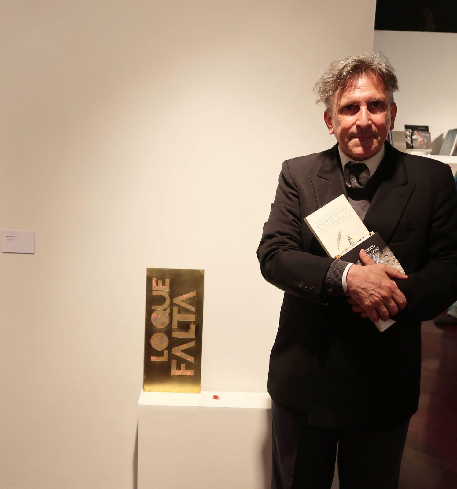 """Enrico Pulsoni junto a su obra """"Lo que falta"""" (2017) Foto: Daniela Gustuti"""