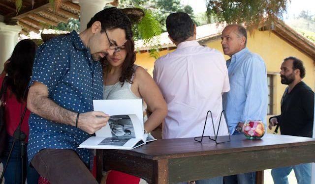 "Alejandro Sebastiani, de la editorial La Cueva, observa ""Trato y retrato"" Foto: Gerardo Rojas"