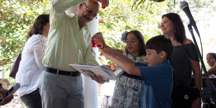 Carlos Germán Rojas bautiza su más reciente fotolibro Foto: Gerardo Rojas