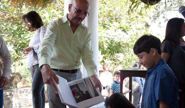 Rojas muestra el retrato del artista Alirio Palacios que aparece en su libro Foto: Gerardo Rojas