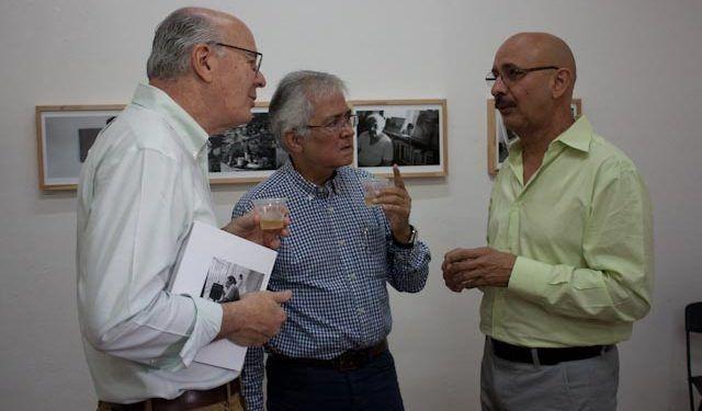 Asistentes conversan con el fotógrafo sobre su reciente exposición Foto: Gerardo Rojas