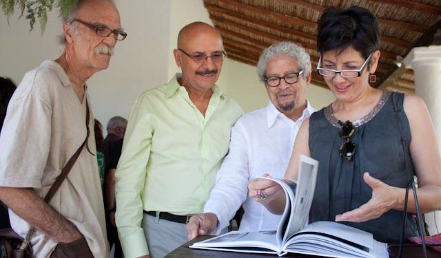 """Vladimir Sersa (Izquierda) estuvo presente durante el bautizo de """"Trato y retrato"""" Foto: Gerardo Rojas"""