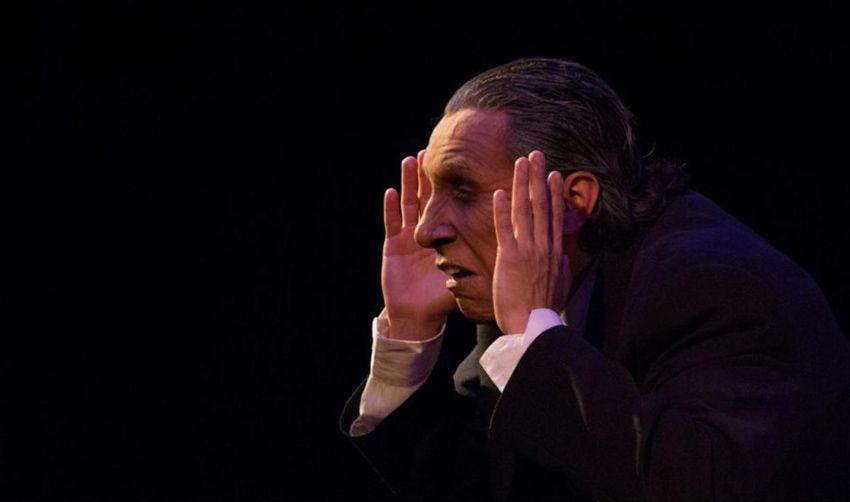 """El profesor de """"La lección"""" es interpretado por Héctor Castro."""