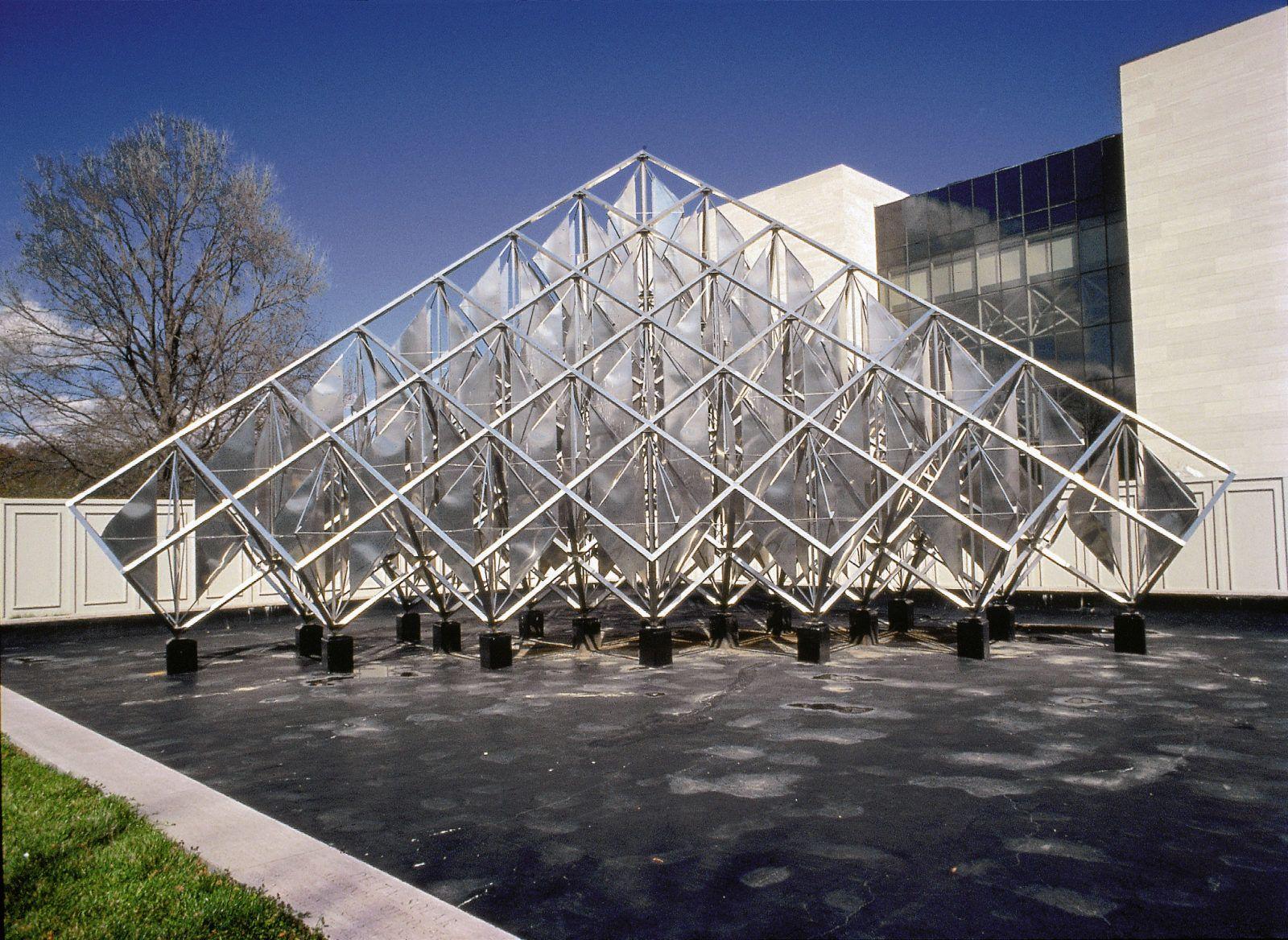 Delta Solar. La donación fue aceptada por el Congreso de Estados Unidos. La obra se instaló, un año después, en el jardín oeste del Museo del Aire y del Espacio, en Washington