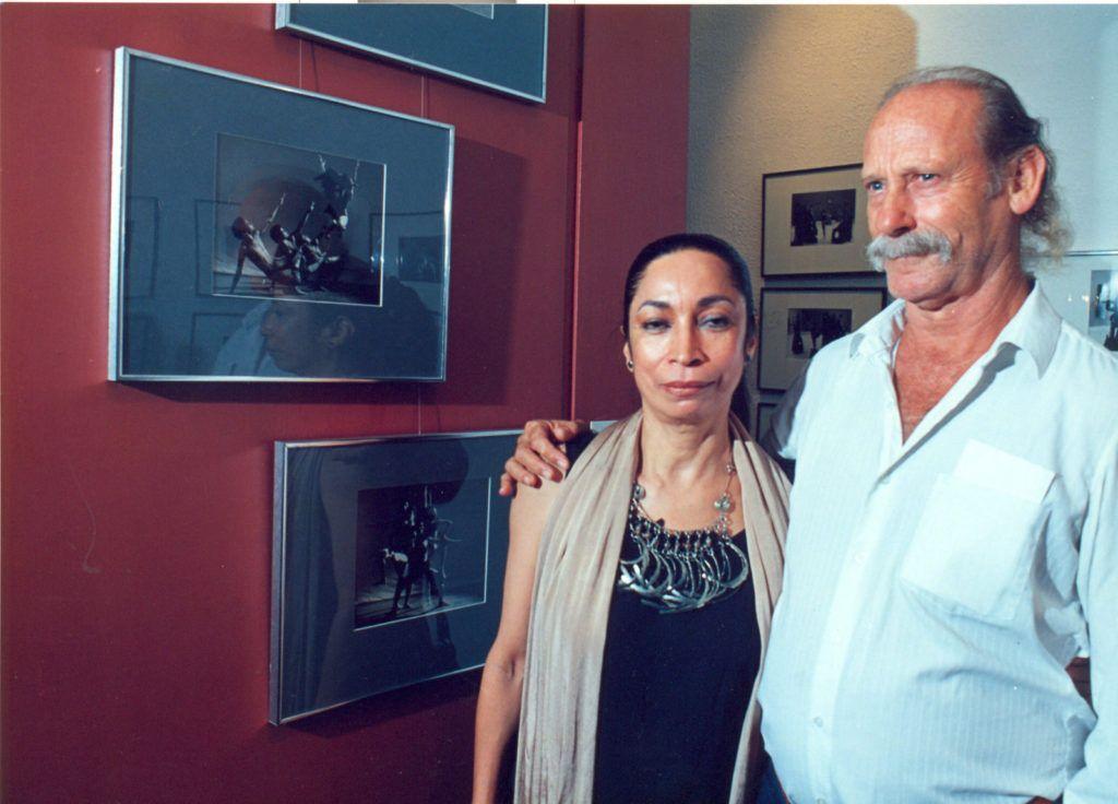 Sanoja junto al fotógrafo Miguel Gracia, quien siguió de cerca su trabajo y lo documentó para la historia.