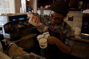El encargado de la barra pone esmero, toques y diseño en sus cafés Foto: Gerardo Rojas