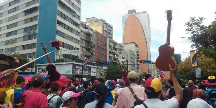 Cientos de personas llenaron la Avenida Francisco de Miranda la mañana de este domingo 7 de mayo