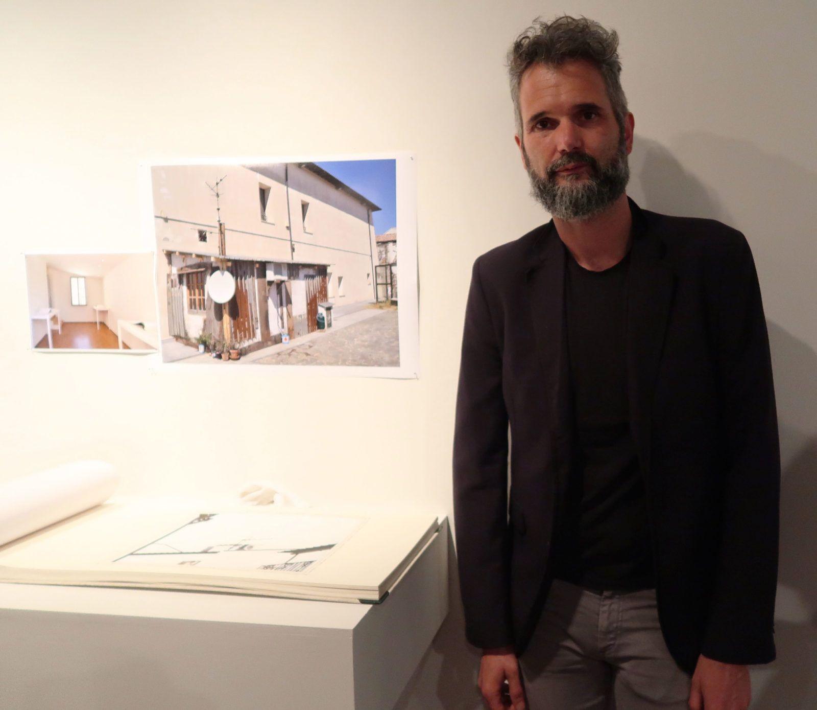 """Eugenio Tibaldi junto a su obra """"Manuale per l´architetto informale 01 """" (2011) Foto: Daniela Gustuti"""