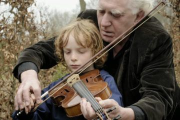 Cuerdas de violín. El niño Mels van der Hoeven y el actor dramático Jean de Cleir, como nieto y abuelo, encarnan un relato generoso y aplaudido por el público. CINE MAGALY PARA LN