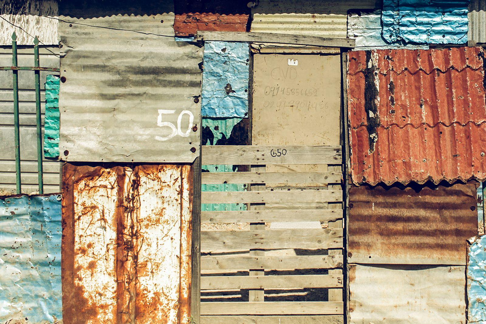 """Luis Cabrera """"Arquitectura de Crisis"""" -Recorrido por diversas invasiones del Estado Carabobo, Venezuela. Entre noviembre 2016 y febrero 2017."""