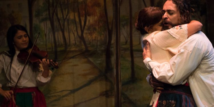 Bulgakova busca calmar las ansias de su esposo. Al fondo, la violinista AImeth Landaeta Foto: Daniel Dannery