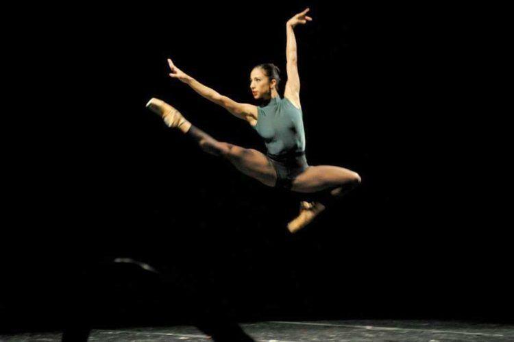 Coreografía: In the Middle, Somewhat Elevated (1987), de William Forsythey. Bailarina: Liliana González. Ballet Nacional de Sodre, Auditorio Adela Reta, 2013. Fotografía: Santiago Barreiro