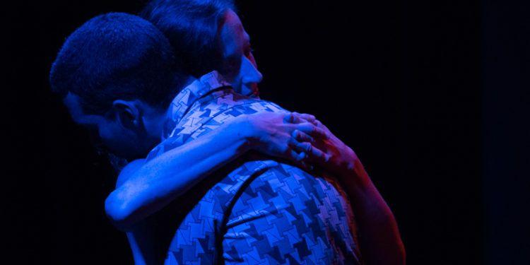 Carolina Wolf, bailarina, y  Abilio Torres, actor, se abrazan Foto: Daniel Dannery