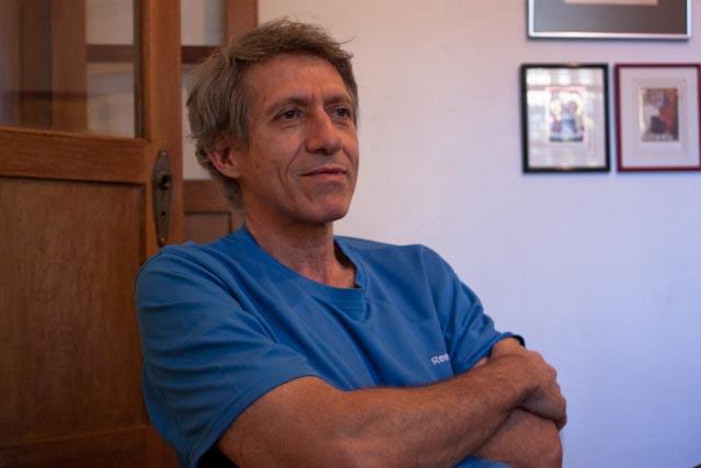"""Antolín Sánchez apreciado fotógrafo venezolano y ahora finalista del premio Planeta con un texto titulado """" Primera Parte"""". Foto de Esfera Cultural"""